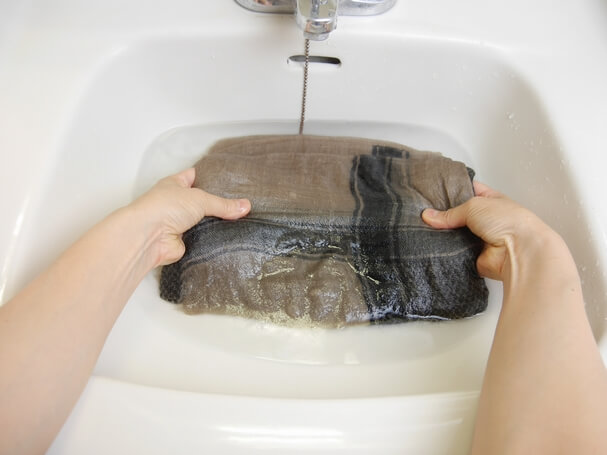 ④繊維の間に洗剤液を通す