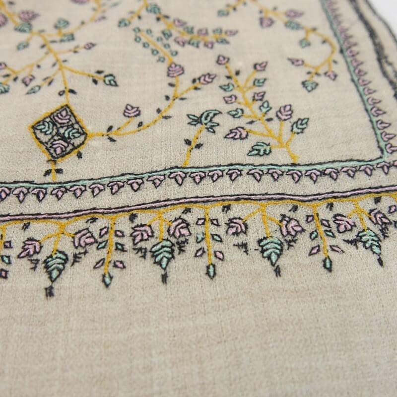 カシミヤ 手織り ストール|ジャアリ刺繍 手刺繍 パシュミナ|生地:オフホワイト|刺繍糸(4色):黒/ミントグリーン/薄ピンク/マスタードイエロー