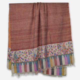 . えんじ色の #カニ織 の #カシミヤ /パシュミナ ショールです。 . このデザインは、カニ織の柄がショールの両端だけに施されていますので、カニ パルダールといいます。 ちなみにショールの全体がカニ織で織られているカニ織のデザインをカニ ジャマワールと呼びます。 . カシミールの今年の秋の新作です。 . カニ織はショールなので通常は首に巻くと首がもっこりしますが、カニ織は非常に柔らかいので首に巻いてもかさばらず、とてもオシャレです。 もちろん肩に羽織るには十分な大きさです。 . . カニ織は中世のヨーロッパ社交界で一斉を風靡し、今もなお世界中のカシミヤファンの心を捉えているすべて手織りの織物です。 日本の綴織(つづれおり)と織り方は似ています。 . カニ織は、自然豊かなカシミールの花や草木などをモチーフとしてデザインされています。 この日本では、アイボリーと黒、そして赤のカニ織が人気です。 . カニ織は全て #手織り のため、製作期間は長く、早くても半年 通常1〜2年、デザインによってはそれ以上かかる製品もあります。 最近は、一枚のカニ織でも分業し半年で制作することが多くなってきています。 ウェブサイト great-artisan.jp ではカシミール刺繍 を施した手織りのカシミヤやヨーロッパですでに販売している手織りのカシミヤストールなどを数多く販売しています。 ぜひウェブサイト great-artisan.jp をご覧ください。 . . . . . #greatartisan