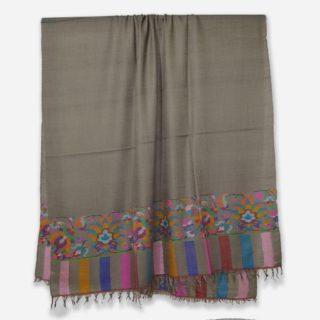 . トープ(もぐら)カラーの #カニ織 の #カシミヤ /パシュミナ ショールです。 ヨーロッパで人気の色です。 . このデザインは、カニ織の柄がショールの両端のみに施されていますので、カニ パルダールといいます。 ちなみにショール全体がカニ織で織られているカニ織のデザインをカニ ジャマワールと呼びます。 . カシミールの今年の秋の新作です。 . カニ織はショールなので通常は首に巻くと首がもっこりしますが、カニ織は非常に柔らかいので首に巻いてもかさばらず、とてもオシャレです。 もちろん肩を羽織るには十分な大きさです。 . . カニ織は中世のヨーロッパ社交界で一斉を風靡し、今もなお世界中のカシミヤファンの心を捉えているすべて手織りの織物です。 日本の綴織(つづれおり)と織り方は似ています。 . カニ織は、自然豊かなカシミールの花や草木などをモチーフとしてデザインされています。 この日本では、アイボリーと黒、そして赤のカニ織が人気です。 ヨーロッパでは、このトープカラーも人気の色です。 . カニ織は全て #手織り のため、製作期間は長く、早くても半年 通常1〜2年、デザインによってはそれ以上かかる製品もあります。 最近は、一枚のカニ織でも分業し半年で制作することが多くなってきています。 ウェブサイト great-artisan.jp ではカシミール刺繍 を施した手織りのカシミヤやヨーロッパですでに販売している手織りのカシミヤストールなどを数多く販売しています。 ぜひウェブサイト great-artisan.jp をご覧ください。 . . . . . #greatartisan