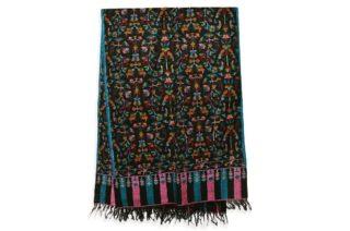 . ブラックの #カニ織 の #カシミヤ /パシュミナ ストールです。 . このデザインは、カニ織の柄がショールの全体に施されていますので、カニ ジャマワールといいます。 ちなみにストールの両端がカニ織で織られているカニ織のデザインをカニ パルダールと呼びます。 . カシミールの今年の秋の新作です。 . ウールのショールだと通常は首に巻くと首がもっこりしますが、カニ織は非常に柔らかいので首に巻いてもかさばらず、とてもオシャレです。 もちろん肩に羽織るには十分な大きさです。 . . カニ織は中世のヨーロッパ社交界で一斉を風靡し、今もなお世界中のカシミヤファンの心を捉えているすべて手織りの織物です。 日本の綴織(つづれおり)と織り方は似ています。 . カニ織は、自然豊かなカシミールの花や草木などをモチーフとしてデザインされています。 この日本では、アイボリーと黒、そして赤のカニ織が人気です。 . カニ織は全て #手織り のため、製作期間は長く、早くても半年 通常1〜2年、デザインによってはそれ以上かかる製品もあります。 最近は、一枚のカニ織でも分業し半年で制作することが多くなってきています。 ウェブサイト great-artisan.jp ではカシミール刺繍 を施した手織りのカシミヤやヨーロッパですでに販売している手織りのカシミヤストールなどを数多く販売しています。 ぜひウェブサイト great-artisan.jp をご覧ください。 . . . . . #greatartisan
