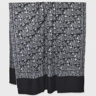 . カシミールのソズニ刺繍 の手織り #手刺繍 の #カシミヤ / パシュミナ です。 デザインはソズニ刺繍 ジャマワールです。 ブラックの #カシミヤ 100%の生地に、カシミールの職人が水色や白などの糸を使い、細かく #手刺繍 を施した カシミール刺繍のソズニ刺繍 の パシュミナ ショール🧣です。 カシミール刺繍のソズニ刺繍、ジャマワールデザインです。 . . 首に巻くと、#手刺繍 によってデザインされたカシミールの草木のモチーフの素晴らしいデザインが自然に見え、とても美しいです。 . その他にもカシミール刺繍をインスタには数多く掲載していますので、他の投稿をご覧ください。 ウェブサイト great-artisan.jp には、その他にもヨーロピアンデザインのカシミヤストール🧣や素晴らしい刺繍されたカシミヤ/パシュミナストールやショールを販売しています。 もし気になったカシミヤ/パシュミナがあったらDMをください。 ぜひウェブサイト great-artisan.jp をご覧ください。 . . . . . #greatartisan