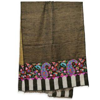 . ブラックの #カニ織 の #カシミヤ /パシュミナ ストールです。 . このデザインは、カニ織の柄がショールの両端のみに施されていますので、カニ パルダールといいます。 ちなみにストールの全体がカニ織で織られているカニ織のデザインをカニ ジャマワールと呼びます。 . カシミールの今年の秋の新作です。 日本で人気の黒のカニ織です。 . ウールのショールだと通常は首に巻くと首がもっこりしますが、カニ織は非常に柔らかいので首に巻いてもかさばらず、とてもオシャレです。 もちろん肩に羽織るには十分な大きさです。 . . カニ織は中世のヨーロッパ社交界で一斉を風靡し、今もなお世界中のカシミヤファンの心を捉えているすべて手織りの織物です。 日本の綴織(つづれおり)と織り方は似ています。 . カニ織は、自然豊かなカシミールの花や草木などをモチーフとしてデザインされています。 この日本では、アイボリーと黒、そして赤のカニ織が人気です。 . カニ織は全て #手織り のため、製作期間は長く、早くても半年 通常1〜2年、デザインによってはそれ以上かかる製品もあります。 最近は、一枚のカニ織でも分業し半年で制作することが多くなってきています。 ウェブサイト great-artisan.jp ではカシミール刺繍 を施した手織りのカシミヤやヨーロッパですでに販売している手織りのカシミヤストールなどを数多く販売しています。 ぜひウェブサイト great-artisan.jp をご覧ください。 . . . . . #greatartisan