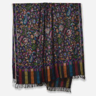 . ブラックの #カニ織 の #カシミヤ /パシュミナ ショールです。 日本で人気の色です。 . このデザインは、カニ織の柄がショールの全体に施されていますので、カニ ジャマワールいいます。 ちなみにショールの両端のみがカニ織で織られているカニ織のデザインをカニ パルダールと呼びます。 . カシミールの今年の秋の新作です。 . カニ織はショールなので通常は首に巻くと首がもっこりしますが、カニ織は非常に柔らかいので首に巻いてもかさばらず、とてもオシャレです。 もちろん肩を羽織るには十分な大きさです。 . . カニ織は中世のヨーロッパ社交界で一斉を風靡し、今もなお世界中のカシミヤファンの心を捉えているすべて手織りの織物です。 日本の綴織(つづれおり)と織り方は似ています。 . カニ織は、自然豊かなカシミールの花や草木などをモチーフとしてデザインされています。 この日本では、アイボリーと黒、そして赤のカニ織が人気です。 . カニ織は全て #手織り のため、製作期間は長く、早くても半年 通常1〜2年、デザインによってはそれ以上かかる製品もあります。 最近は、一枚のカニ織でも分業し半年で制作することが多くなってきています。 ウェブサイト great-artisan.jp ではカシミール刺繍 を施した手織りのカシミヤやヨーロッパですでに販売している手織りのカシミヤストールなどを数多く販売しています。 ぜひウェブサイト great-artisan.jp をご覧ください。 . . . . . #greatartisan